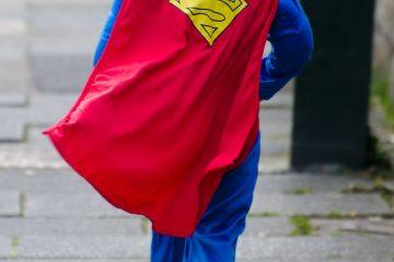 marca personal_niño en traje de superman con capa